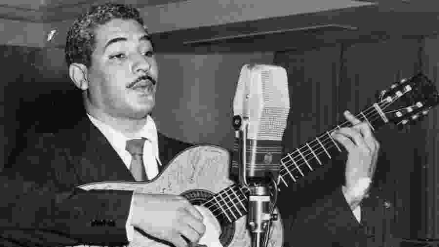 O cantor e compositor Dorival Caymmi, durante apresentação na década de 1950 - Arquivo/Folhapress
