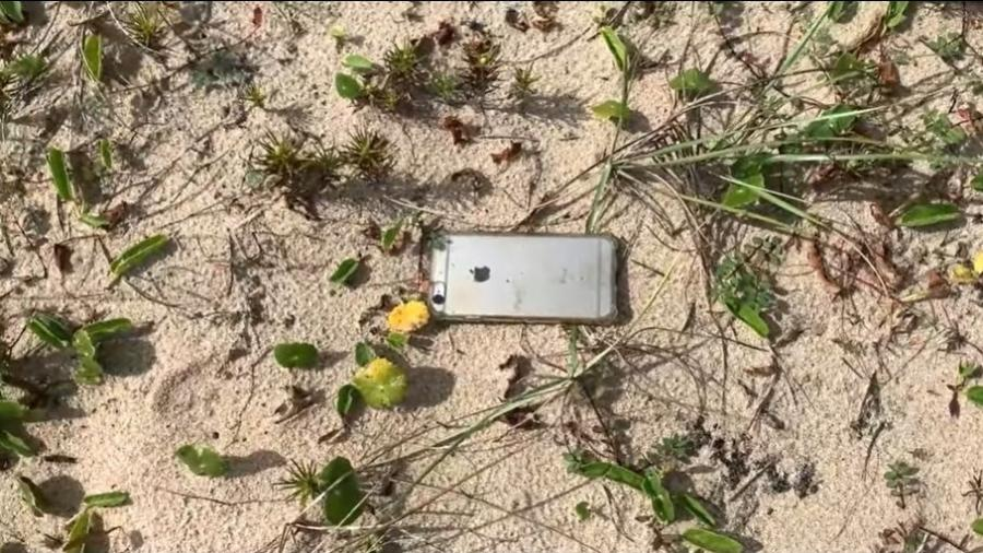 """iPhone 6S cai de avião a 300 metros e """"aterrissa"""" na areia - Reprodução"""