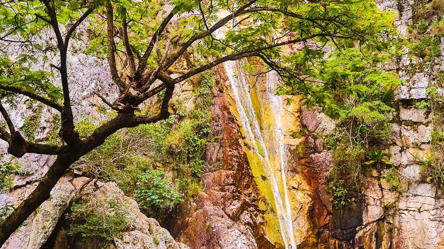Cachoeira Véu de Noiva, na serra onde acontece a exploração do ouro, em Jacobina, Bahia - Almacks Luiz