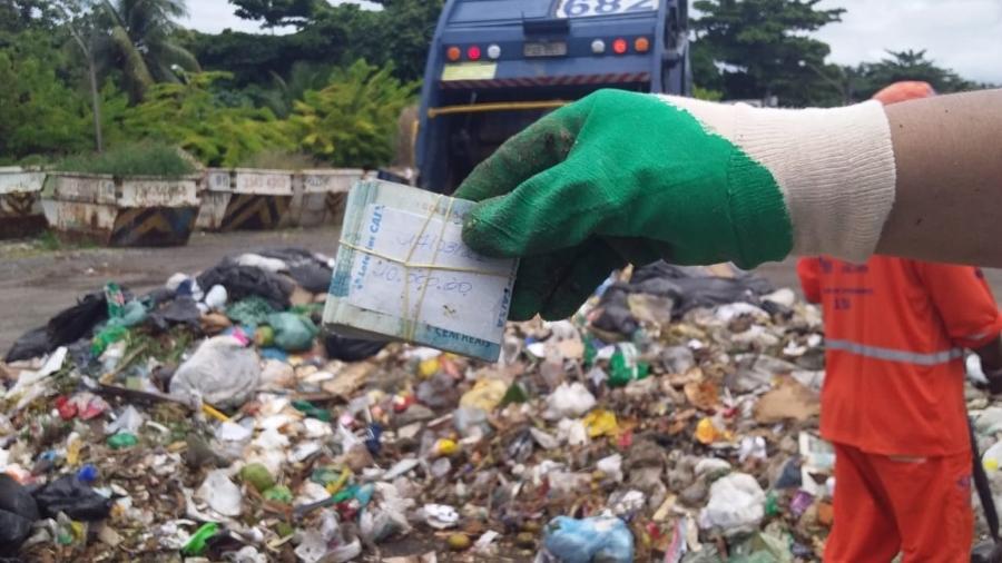 Três toneladas de lixo foram reviradas para que a quantia fosse recuperada - Emlurb/Divulgação