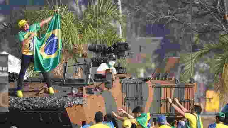 Apoiador em blindado - JOAO GABRIEL ALVES/ESTADÃO CONTEÚDO - JOAO GABRIEL ALVES/ESTADÃO CONTEÚDO