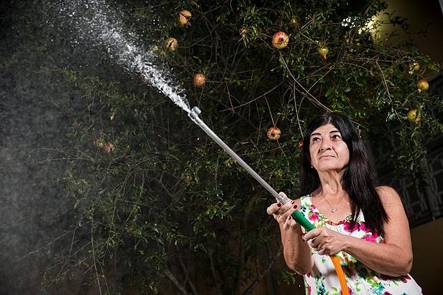 21.jul.2015 - A babá Irene Rodrigues, 52, que gastava menos de 5.000 litros por mês e dobrou seu consumo. Moradores de Sumaré (SP) afrouxam economia de água após alta na tarifa básica