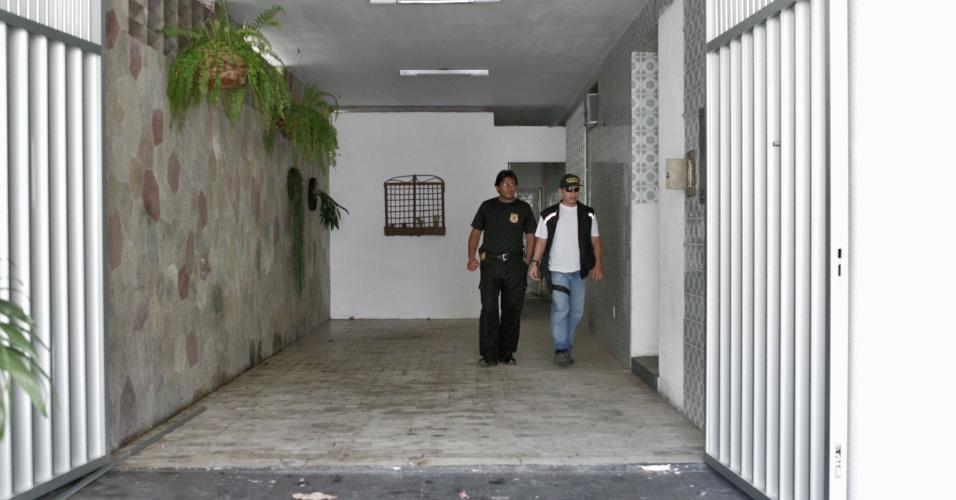 Policiais federais investigam casa que foi usada por assaltantes para cavarem um túnel até o prédio do Banco Central, em Fortaleza (CE), de onde foram roubados mais de R$ 160 milhões em 2005