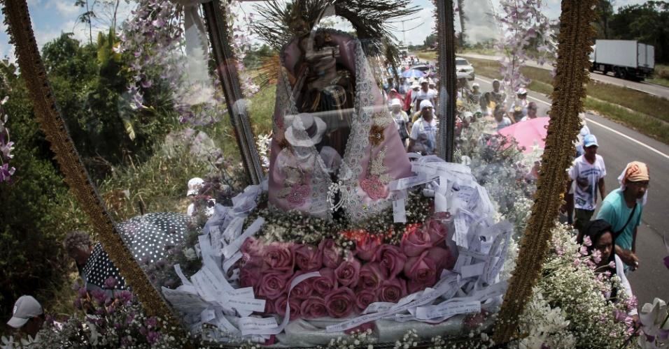 7.out.2015 - Para pagar promessas e se juntar ao Círio de Nazaré, que acontecerá em Belém (PA), romeiros caminam por rodovia levando cruzes e imagens da de Nossa Senhora
