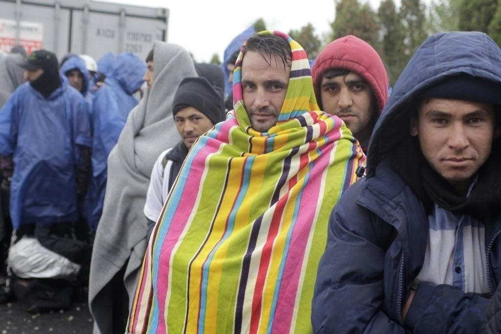 17.out.2015 - Refugiados esperam para serem registrados na fronteira entre a Croácia e a Eslovênia. O fluxo de refugiados foi desviado para o território esloveno depois de a Hungria fechar a fronteira com a Croácia. Seis ônibus transportaram esta primeira leva para a Eslovênia