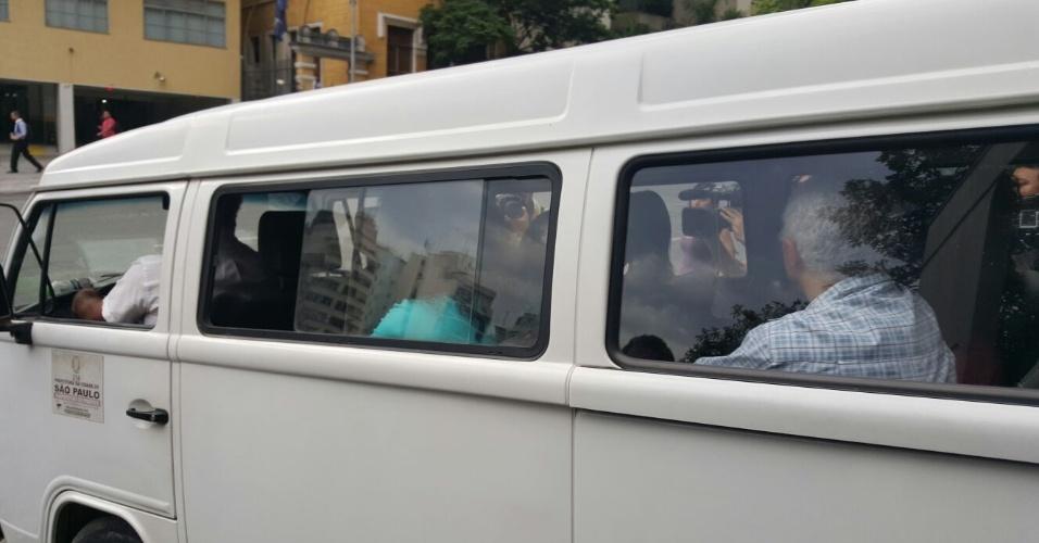 13.nov.2015 - Representantes de alunos da escola ocupada deixam fórum no centro de São Paulo. Eles não entraram em acordo e a reintegração de posse da escola passa a valer
