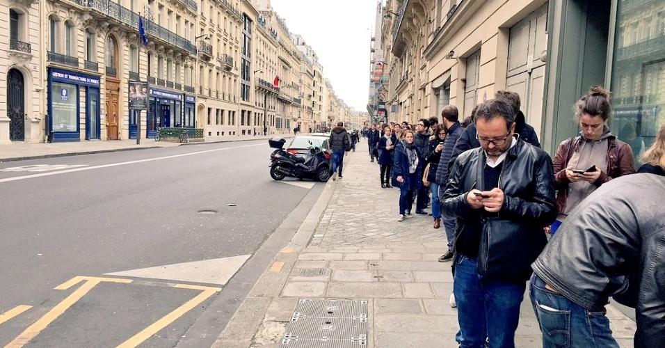 14.nov.2015 - Pessoas fazem longas filas para doar sangue em Paris após atentados que mataram 127 pessoas