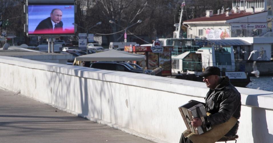 17.dez.2015 - Homem toca acordeom em Sebastopol, na Crimeia, durante a