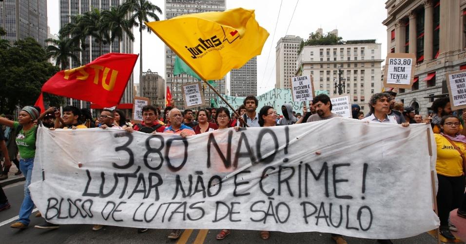 14.jan.2016 - Membros do MPL (Movimento Passe Livre) se concentram em frente ao Theatro Municipal, no centro de São Paulo, para protestar contra o aumento da tarifa do transporte público em São Paulo. O grupo faz dois protestos simultâneos, um no Theatro Municipal (centro) e outro no largo da Batata, em Pinheiros (zona oeste)