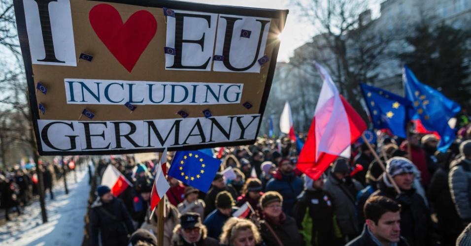 """23.jan.2016 - Poloneses participam de uma manifestação na capital, Varsóvia, contra a postura conservadora do governo do país europeu. Houve protestos em mais de 30 cidades com o lema """"em defesa da liberdade"""". Foram exibidos cartazes de apoio a políticas em favor da inserção de refugiados em nações da União Europeia"""
