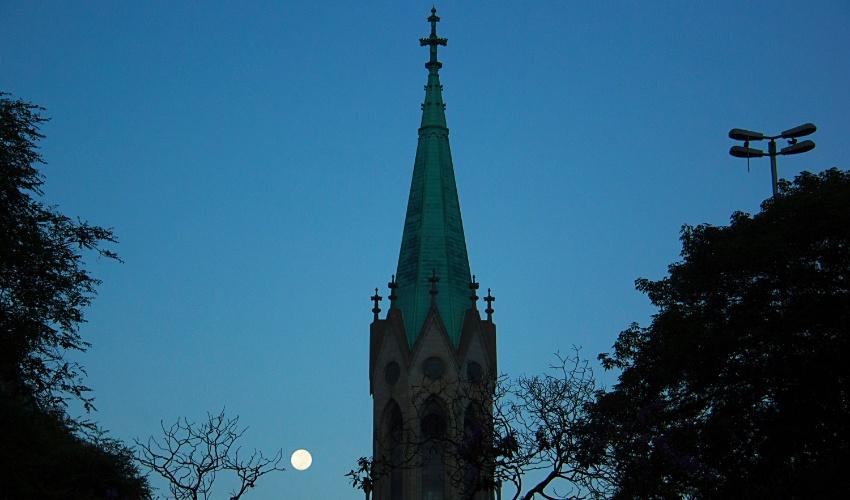 25.jan.2016 - Lua aparece atrás da Catedral da Sé no dia do aniversário de 462 anos da cidade, comemorados nesta segunda-feira