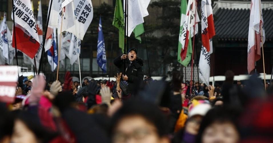 30.jan.2016 - Milhares de membros da união de sindicatos da Coreia do Sul protestam na capital, Seul, neste sábado (30), contra políticas trabalhistas do governo. Eles pedem a renúncia da presidente Park Geun-Hye