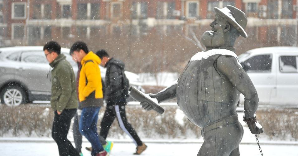 7.mar.2016 - Neve cai sobre escultura em Changchun, no nordeste da China