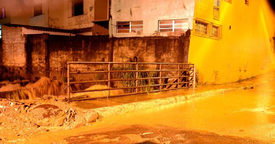 11.mar.2016 - Chuva na cidade de Taboão da Serra (SP) deixa moradores de lugares afetados por enchentes em alerta