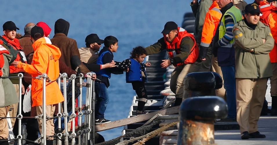 6.abr.2016 - Migrantes desembarcam do bote da guarda-costeira turca na cidade de Dikili, depois de uma tentativa frustrada para chegar até a ilha grega de Lesbos pelo Mar Egeu