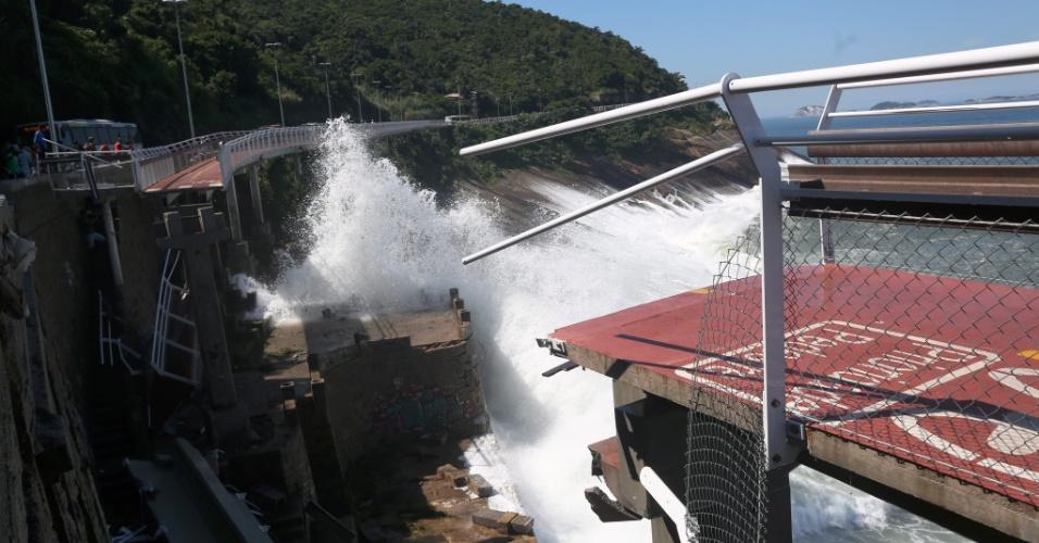 21.abr.2016 - Um trecho da ciclovia inaugurada em janeiro em São Conrado, no Rio de Janeiro, desabou, deixando feridos e mortos. O Corpo de Bombeiros e a Defesa Civil estão no local
