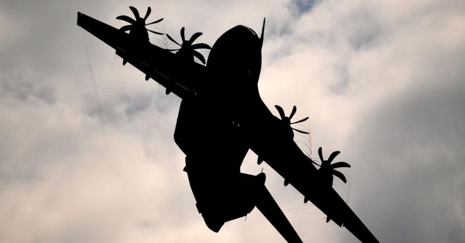 31.mai.2016 - Avião militar Airbus A400M sobrevoa o aeroporto de Schoenefeld, próximo a Berlim, na Alemanha, onde será realizado o International Aerospace Exhibition (ILA) Berlin Air Show, de 1º a 4 de junho