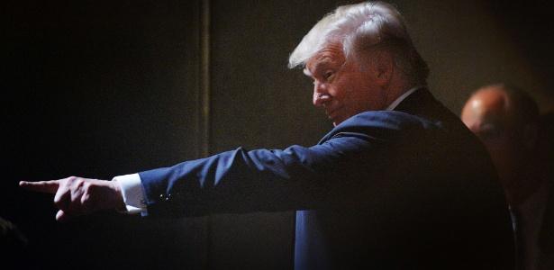 O candidato republicano Donald Trump aponta para simpatizantes durante ato de campanha em Raleigh, Carolina do Norte, EUA