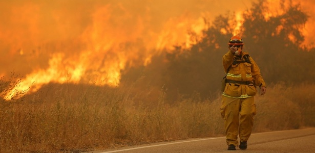Enorme incêndio florestal atinge a região de Los Angeles