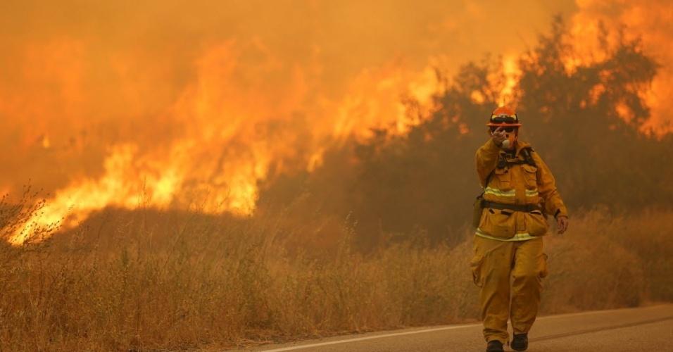 24.jul.2016 -  Um enorme incêndio na região de Los Angeles cresceu por mais oito quilômetros quadrados durante a última noite e aparentemente matou um motorista, encontrado em seu carro carbonizado no caminho do fogo