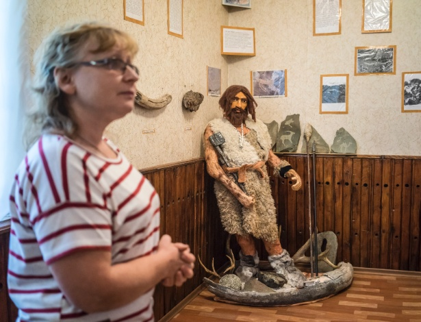 Tatyana Belikova, curadora e guia do Museu Regional de Soloneshnoye, na Rússia, próximo a uma instalação de um dos primeiros colonos russos na região
