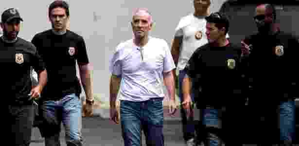 31.jan.2017 - O empresário Eike Batista chega à sede da Polícia Federal, no Rio, vestido com calça jeans, camiseta branca e calçando chilenos - Ricardo Borges/Folhapress
