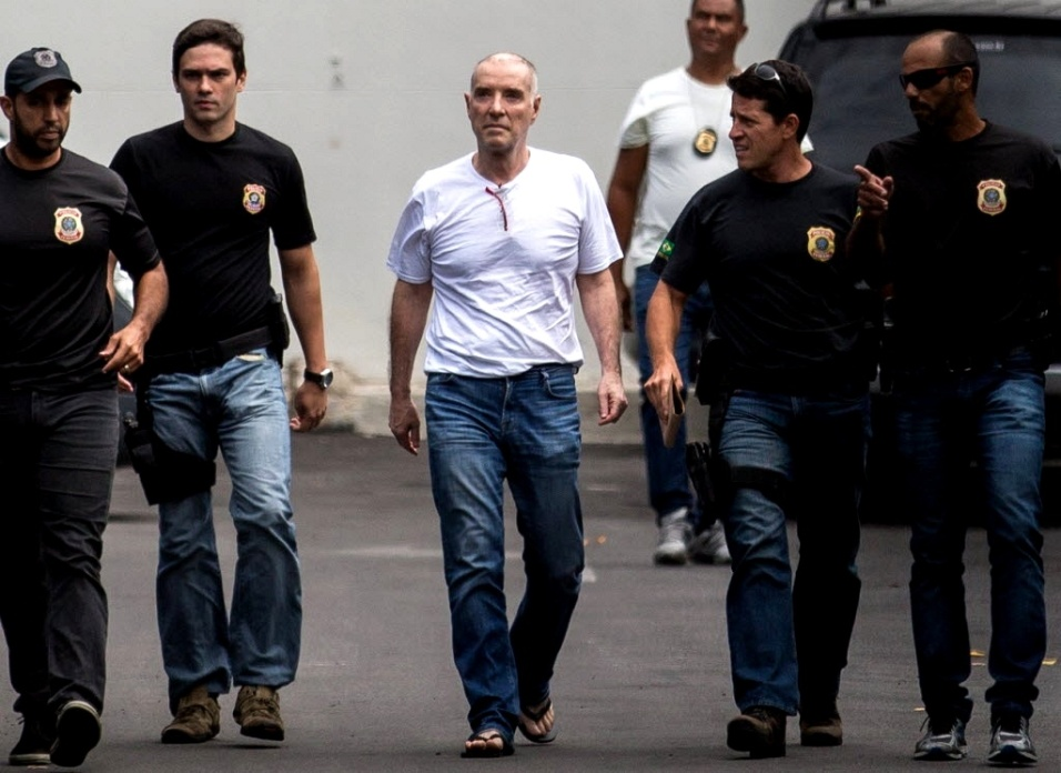 31.jan.2017 - O empresário Eike Batista chega à sede da Polícia Federal, no Rio, vestido com calça jeans, camiseta branca e calçando chilenos