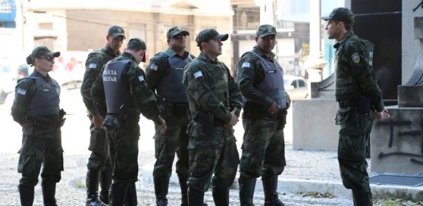 Policiais militares se apresentam no centro de Vitória na tarde de sábado (11)