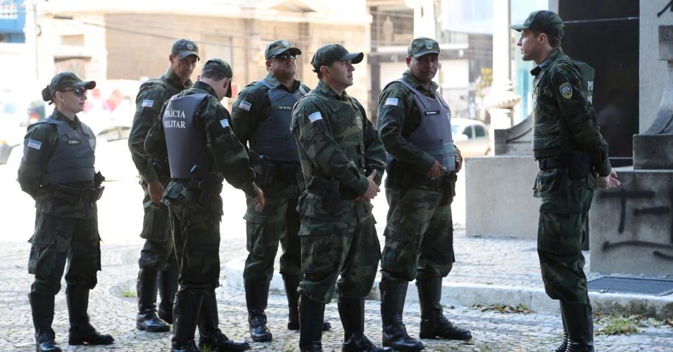 11.fev.2017 - Policiais militares começam a se apresentar na Praça Oito, no centro de Vitória (ES), conforme determinação do comandante-geral da PM na tarde deste sábado