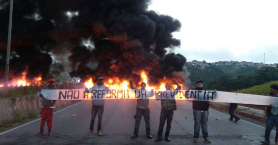 31.mar.2017 - Manifestantes ligados ao MTST (Movimento dos Trabalhadores Sem Teto) e à frente Povo Sem Medo bloquearam, em São Paulo, a rodovia Régis Bittencourt
