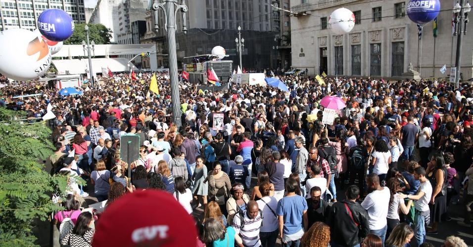 Na Praça do Patriarca, também em São Paulo, o grupo de manifestantes é formado principalmente por professores da rede municipal de ensino, que estão em greve desde o dia 15 de março