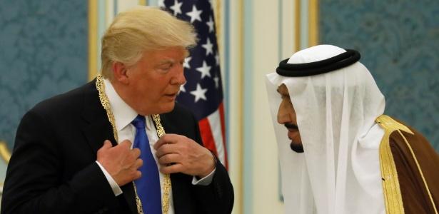 O rei da Arábia Saudita, Salman bin Abdulaziz Al Saud, conversa com o presidente dos EUA, Donald Trump, na corte real em Riyadh, na Arábia Saudita