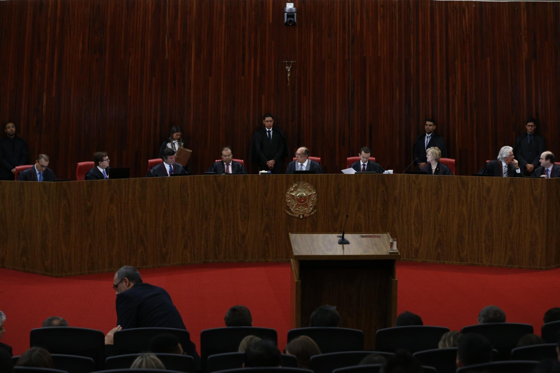 Ministros tomam assento para iniciar a sessão que retoma o julgamento da ação contra a chapa Dilma-Temer, no TSE (Tribunal Superior Eleitoral)