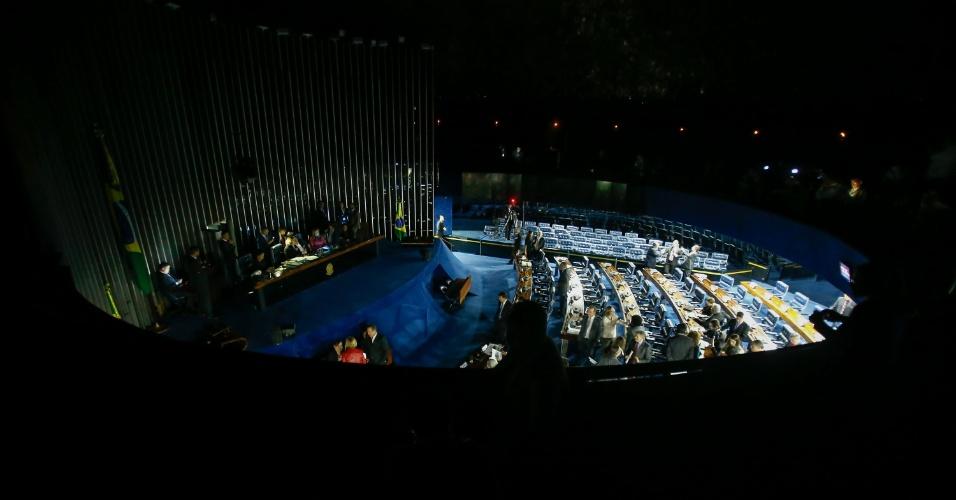 11.jul.2017 - Luzes do plenário foram apagadas a pedido do presidente Eunício Oliveira (PMDB-CE) após impasse com as senadoras da oposição