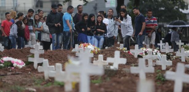 17.ago.2017 - Enterro do feirante Sabastião, morto no confronto entre polícia e traficantes no Jacarezinho. Familiares e amigos estiveram presente no Cemitério do Caju, na Zona Portuária do Rio de Janeiro