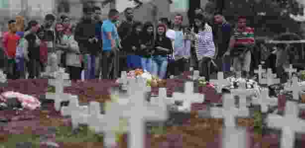 17.ago.2017 - Enterro do feirante Sabastião, morto no confronto entre polícia e traficantes no Jacarezinho. Familiares e amigos estiveram presente no Cemitério do Caju, na Zona Portuária do Rio de Janeiro - Daniel Castelo Branco/Agência O Dia/Estadão Conteúdo
