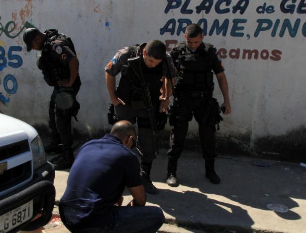 Agentes verificam local onde foi morto o 100º PM em 2017, Fabio Cavalcante e Sá - Johnson Parraguez/Agência O Dia/Estadão Conteúdo