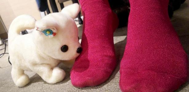 O robôzinho Hana-chan tenta detectar odores nos pés das pessoas