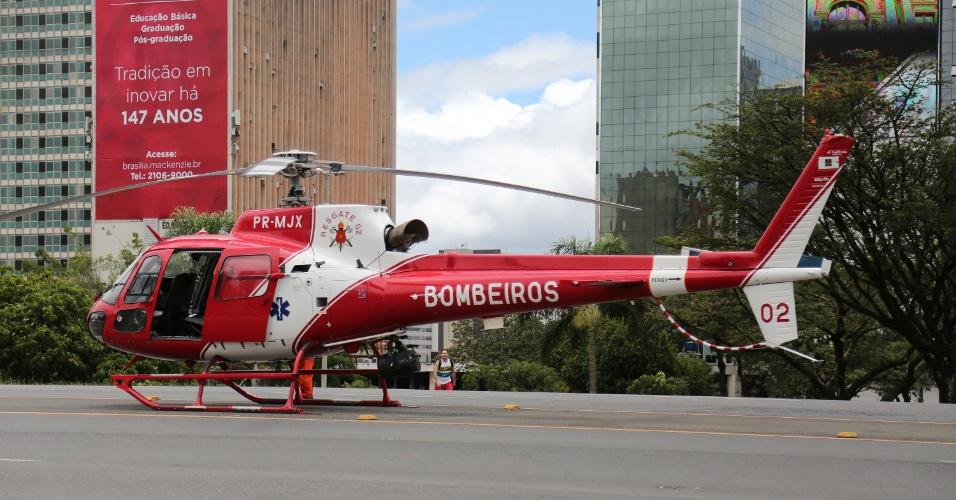 6.fev.2018 - Helicóptero do Corpo de Bombeiros foi acionado para atuar nas ações após a queda de parte de viaduto em Brasília