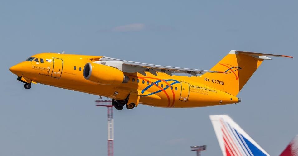 Avião bimotor Antonov AN-148 da companhia russa Saratov Airlines. Uma aeronave do mesmo modelo caiu neste domingo (11) após decolar do aeroporto de Domodedovo, em Moscou