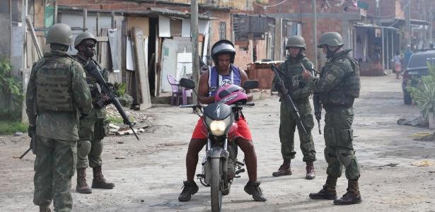 """20.fev.2018 - Forças Armadas fazem operação na favela Kelson""""s, na Penha - Márcio Alves / Agência O Globo"""
