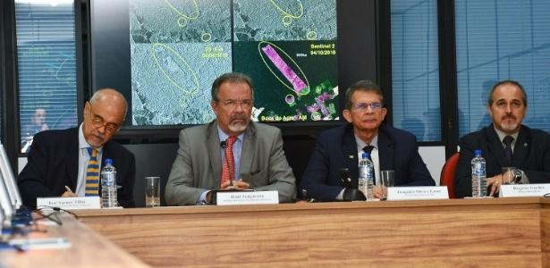 O ministro da Segurança Pública, Raul Jungmann, e o ministro interino da Defesa, Joaquim Silva e Luna (terceiro, da esq. para a dir.)