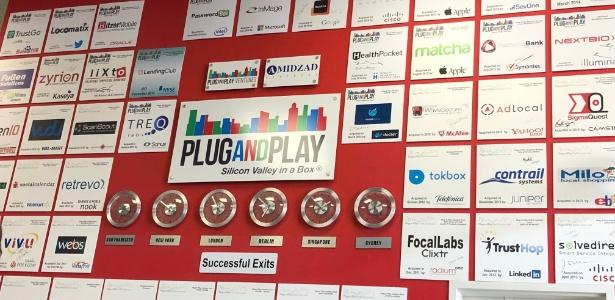 Entrada é recheada de placas com empresas que passaram pela Plug and Play e foram compradas por gigantes