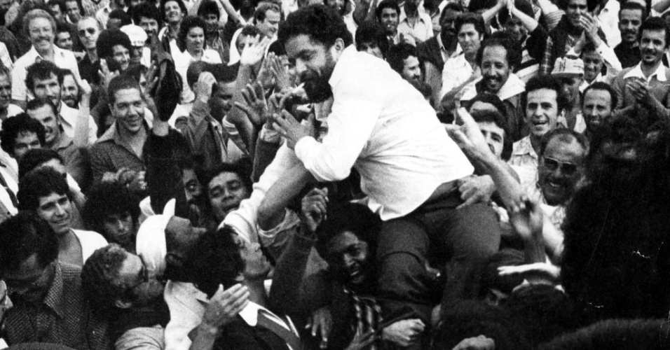 Lula é carregado por trabalhadores depois de uma greve que durou 15 dias, em 1979
