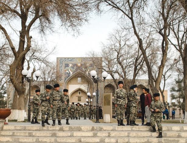 Soldados caminham pelo centro de Bukhara, no Uzbequistão