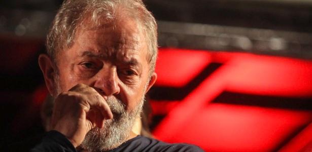 Lula durante caravana em Curitiba, no final de março