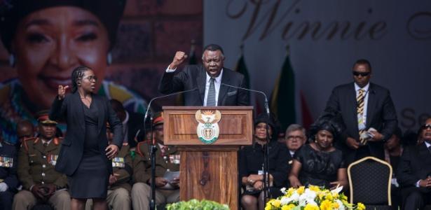 14.abr.2018 - O presidente da Namíbia, Hage Geingob, discursa durante o funeral de Winnie Mandela