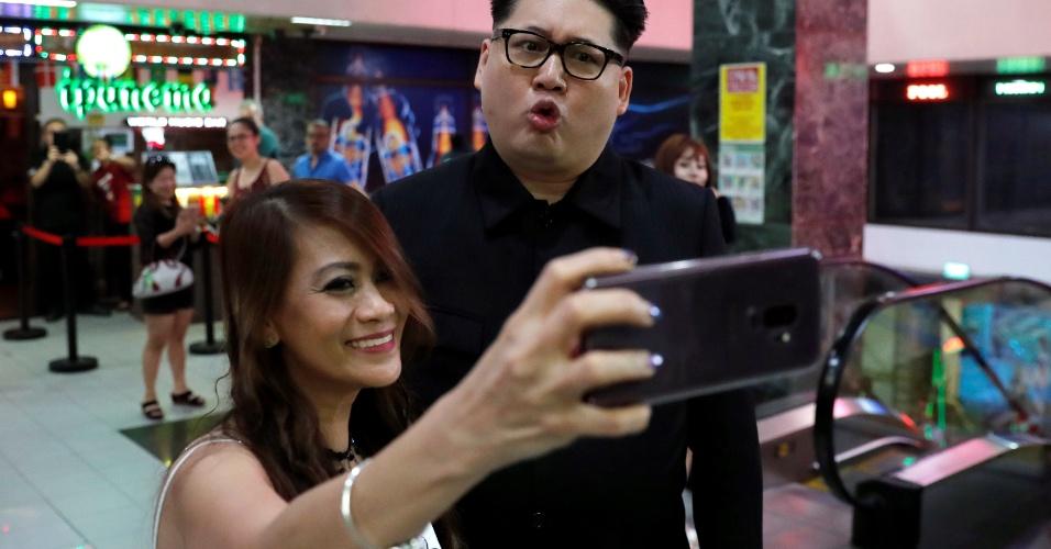 11.jun.2018 - Howard,um australiano-chinês imitador do líder norte-coreano Kim Jong-un, posa para uma selfie em Orchard Towers, em Singapura, onde o líder norte-coreano se encontra com o presidente dos Estados Unidos, Donald Trump