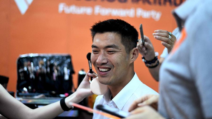 Líder do partido do Novo Futuro, Thanathorn Juangroongruangkit é uma sensação entre os jovens tailandeses - AFP
