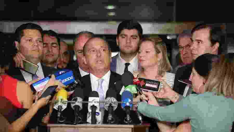 O ministro da Casa Civil, Onyx Lorenzoni, ao lado dos presidentes do Senado e da Câmara - Fátima Meira/Futura Press/Estadão Conteúdo